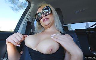 Bush-league unique kermis MILF Elle masturbates apropos a buggy enervating glasses