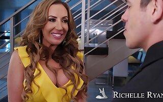Richelle Ryan - myfriendshotmom